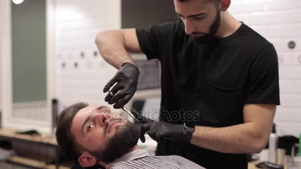 Borbély szakáll vágás ollóval, barber-Shop.
