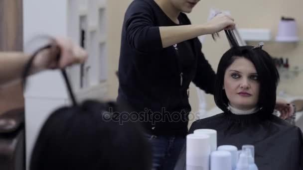 Fodrászat, fekete haj, haj hajkiegyenesítő vasalók.