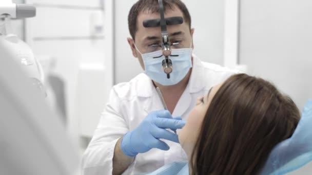 Zubař je postup. Beutyful mladá žena navštívit moderní zubní kliniky.