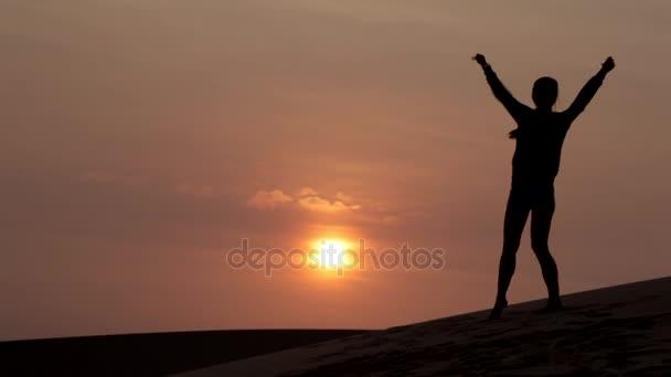Dívka legrační tanec při východu slunce