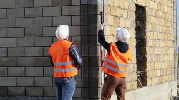 Pracovníci provádějící měřením hladin venkovní