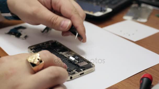 Mužské hlavní opravy mobilních telefonů