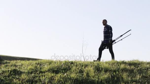 Divoké přírody fotograf chůzi se stativem v horské krajině