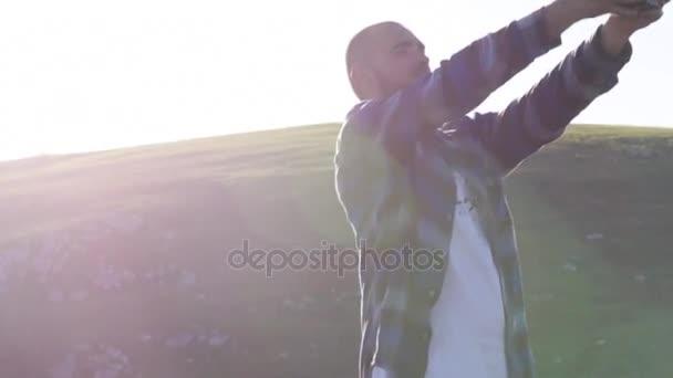 Muž s selfie fotografii s profesionální film kamerou na horské krajiny