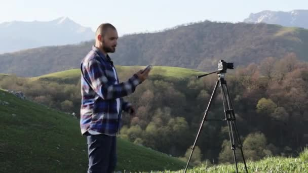 Fotograf pořizování selfie foto s mobilním telefonem v horské krajině