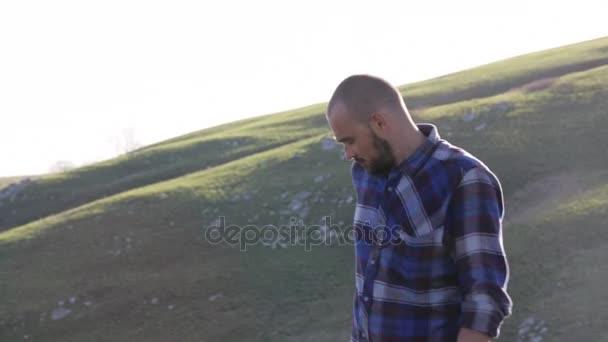 Hezcí muži pořizování selfie foto s mobilním telefonem v horské krajině
