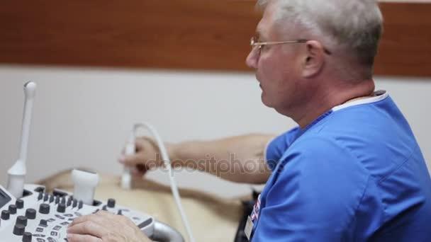 Arzt Radiologe Bauch männlichen Patienten mit Ultraschall untersucht ...