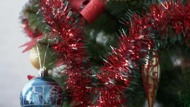 Zdobené vánoční strom s hračkami a koule, detail.