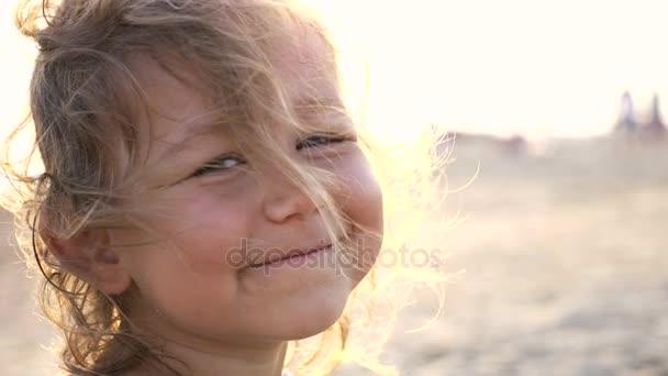Detail obličeje šťastné dítě. Děti v letní přírodě zobrazit na pláži, 4k