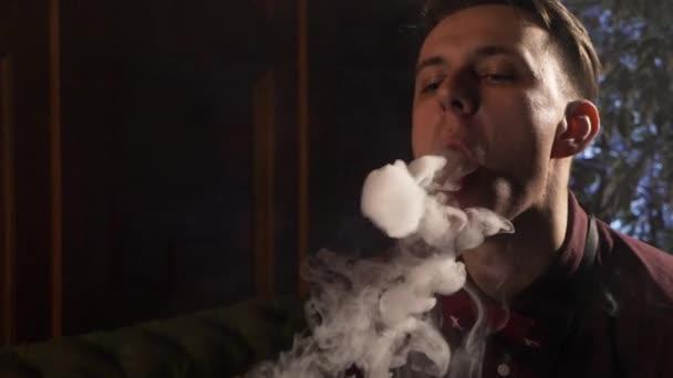 Chico Joven Guapo Fumando Cachimba Y Hace Anillos De Humo