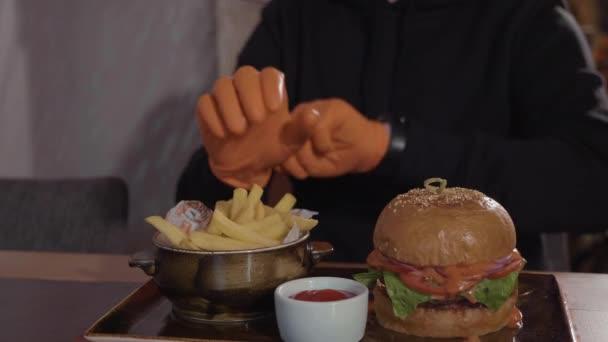 Man preparing for food at fast food restaurant.