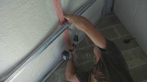Dělník montážní kovová konstrukce pro sádrokarton v nově vybudovaném domě