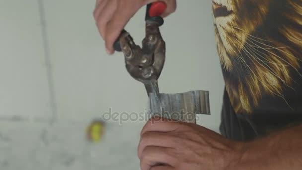 Muži řezací rámeček pro montáž sádrokartonu v nedokončené apartmánů