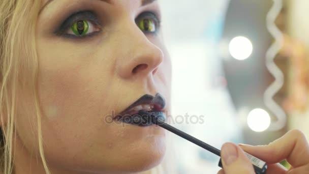 Halloween Schminken Deutsch.Prozess Beim Halloween Schminken Auf Gesicht Die Junge Schöne Frau