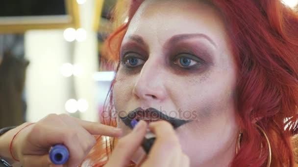 Halloween Schminken Deutsch.Prozess Beim Halloween Schminken Auf Gesicht Der Frau In Krankenschwester Style