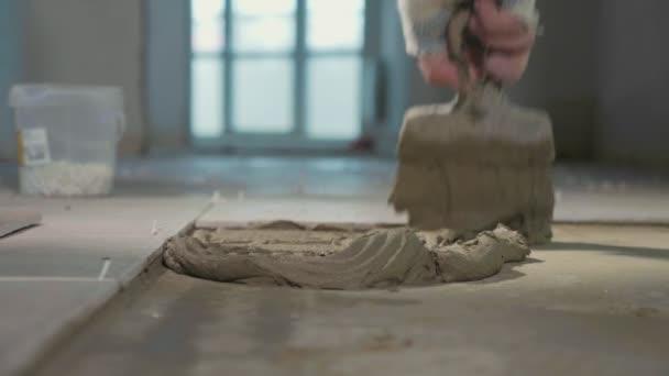 Profesionální pracovník, kterým se dlaždice na podlahu