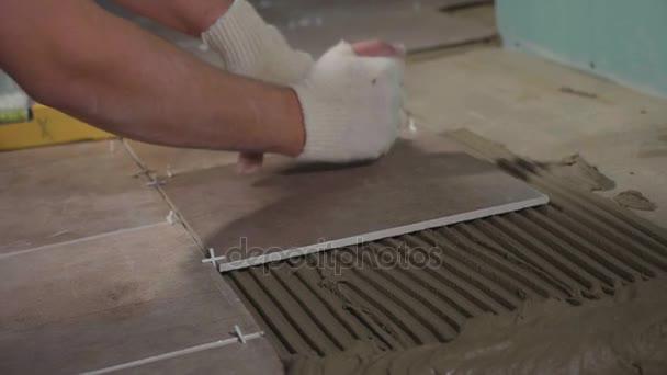 Operaio professionista posa di piastrelle su pavimento u2014 video