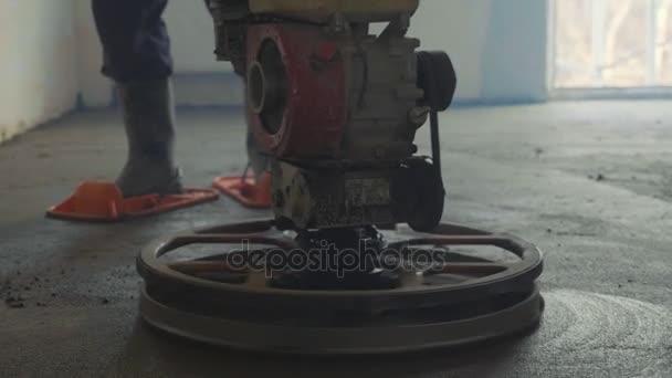 Mechanizované zálivka stěrkové betonovou podlahu detailní zpomalené