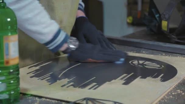 Schmied bereitet in seiner Werkstatt dekorative Metalldetails für die Farbe vor