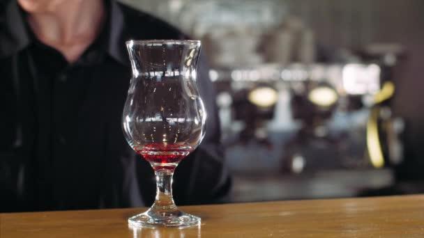 Barmann macht Alkohol-Cocktail, Nahaufnahme