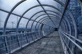 gyalogoshíd készült fém és üveg az emberek egy forgalmas út-felüljáró a gyalogosok számára. belseje