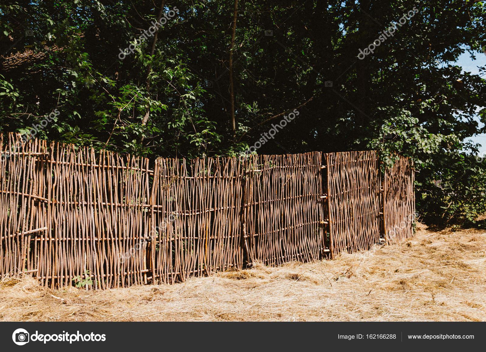 Gemeinsame Wicker Zweige Zaun mit denen das Haus umgeben ist. Vor dem &ST_94