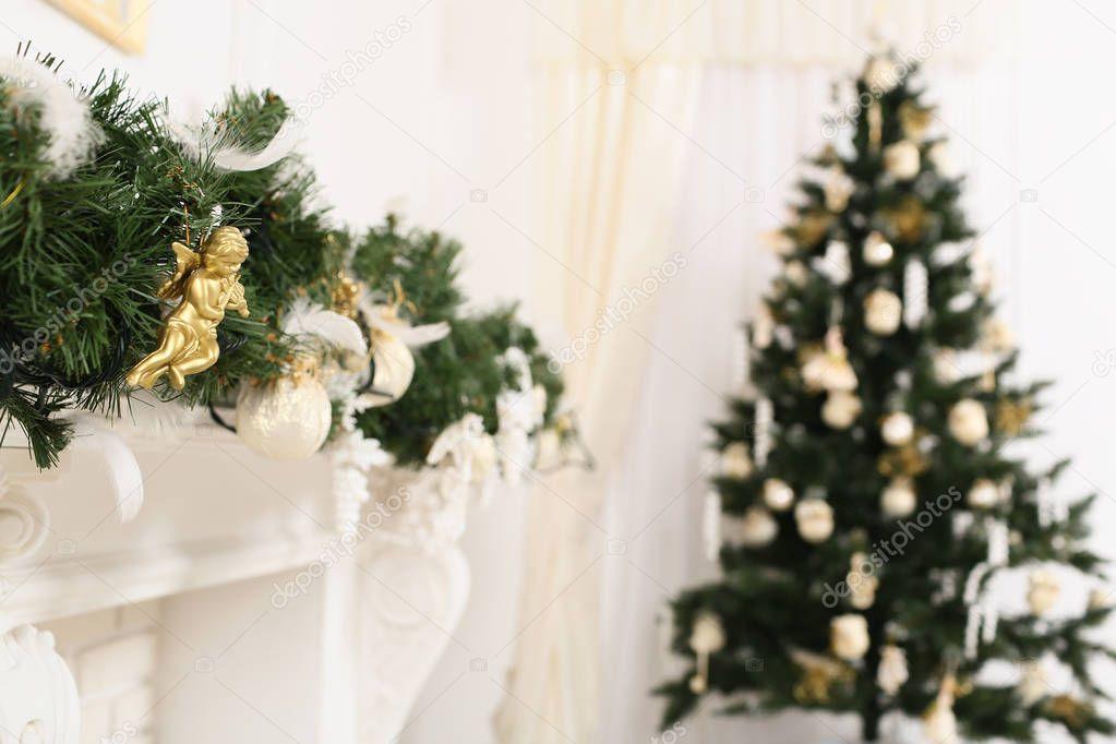 Weihnachten Dekoriert Zimmer Mit Einem Defokussierten Baum Und Ein Kaminsims  U2014 Stockfoto