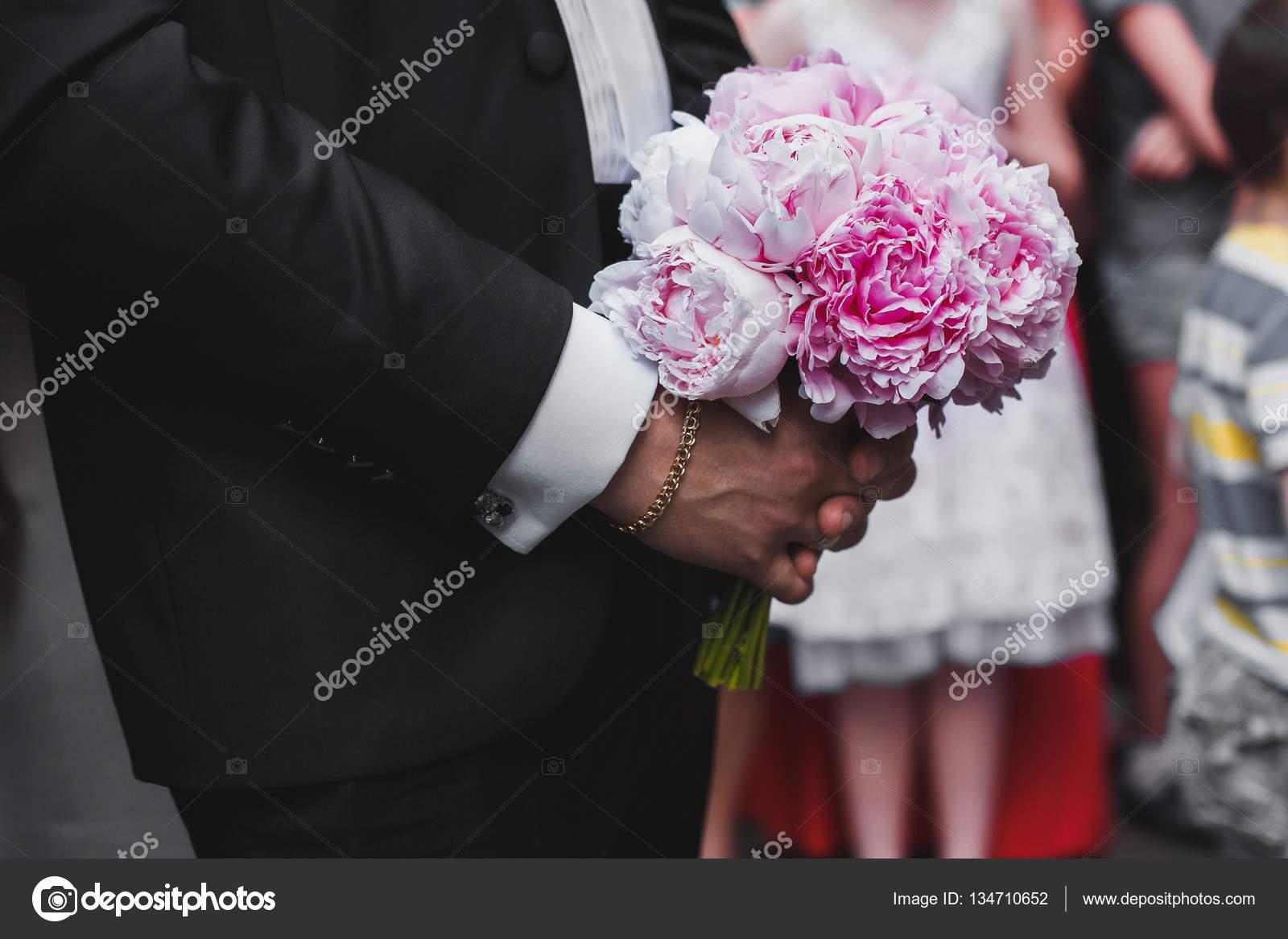 Smoking Che Miglior Un In Rosa Matrimonio Mazzo Uomo Tiene Di W7HWptT