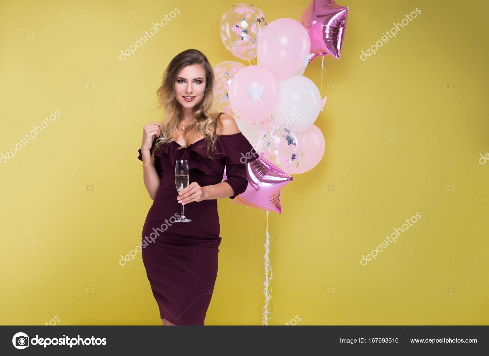 dd624a971e36 Retrato de hermosa mujer rubia en estudio sobre fondo amarillo con ...