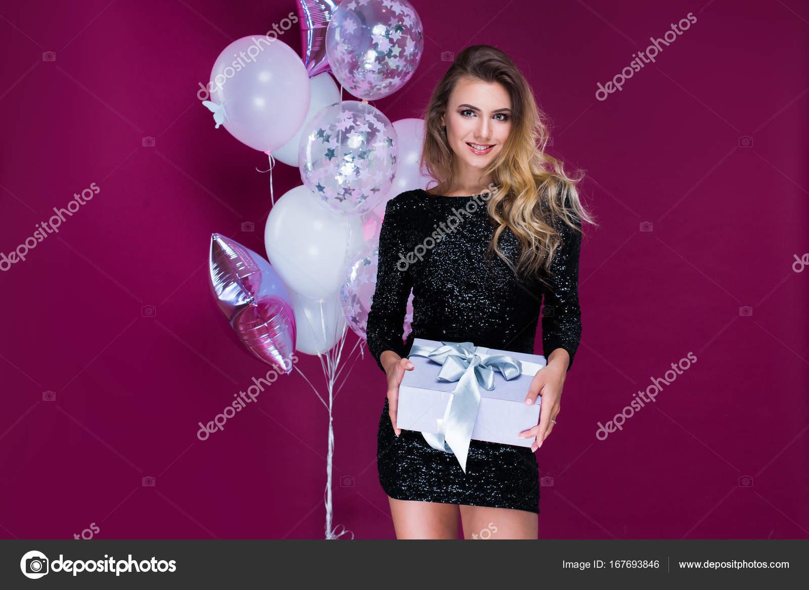Bella y atractiva mujer en sexy vestido de regalo y globos en ...