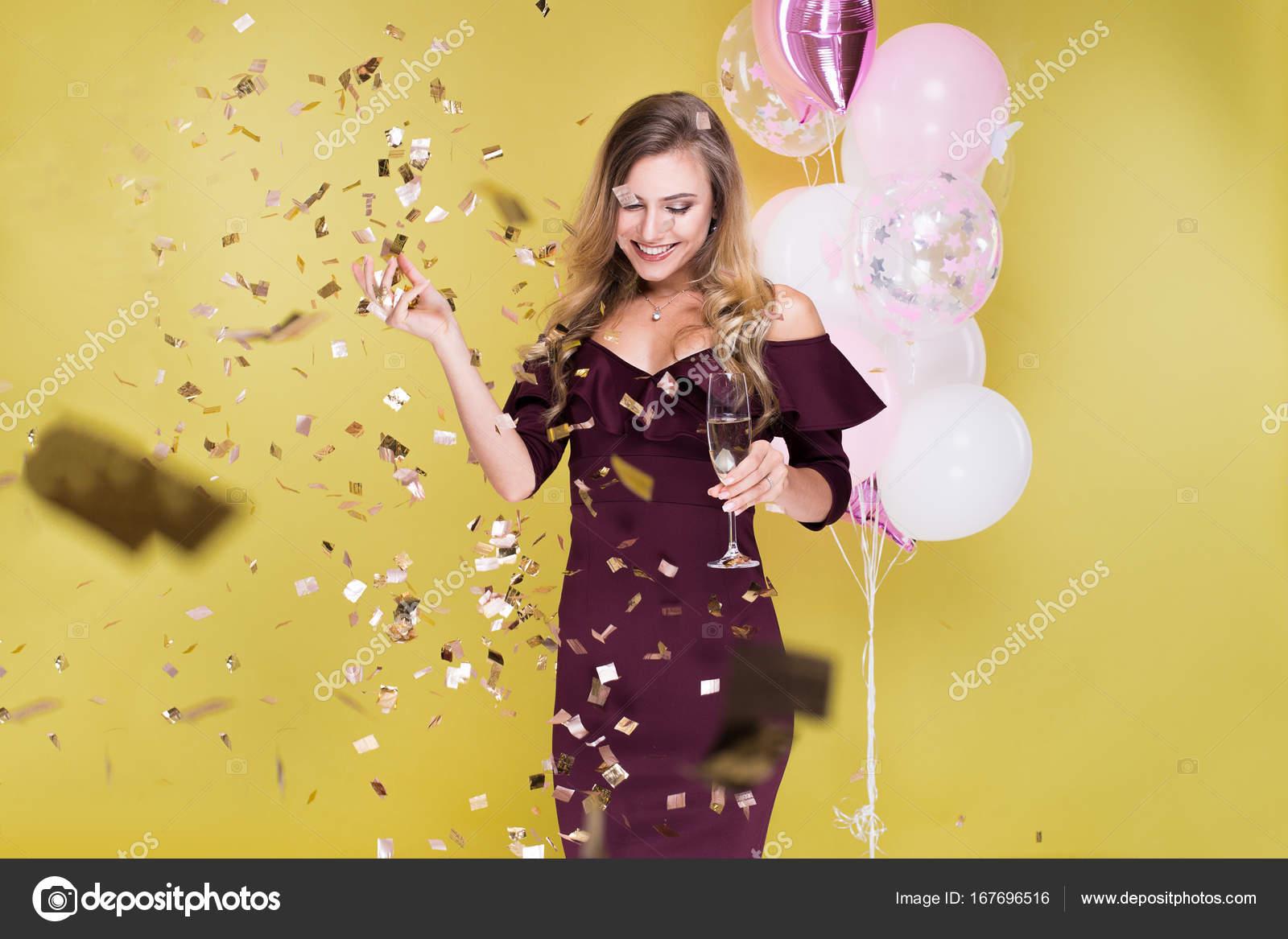 Attraktive Frau Feiern Geburtstag Und Tanzen Im Studio Auf Gelbem
