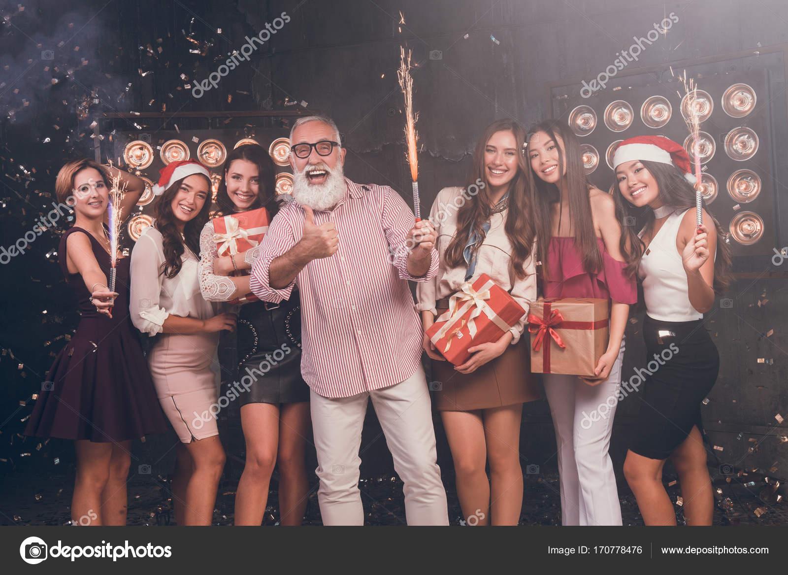 Santa geben Geschenke für Mädchen. Moderne bärtiger Mann zeigt \
