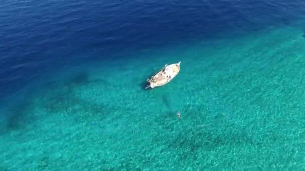 Luftaufnahmen | Fischerboot im kristallklaren Meer