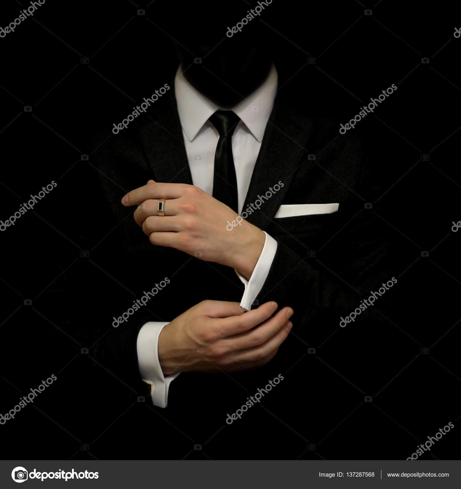 Hombre en un traje negro y camisa blanca y corbata negra sobre un fondo  negro. Sin rostro. El empresario en la oscuridad. Estudio tiro — Foto de ... 27461944f88