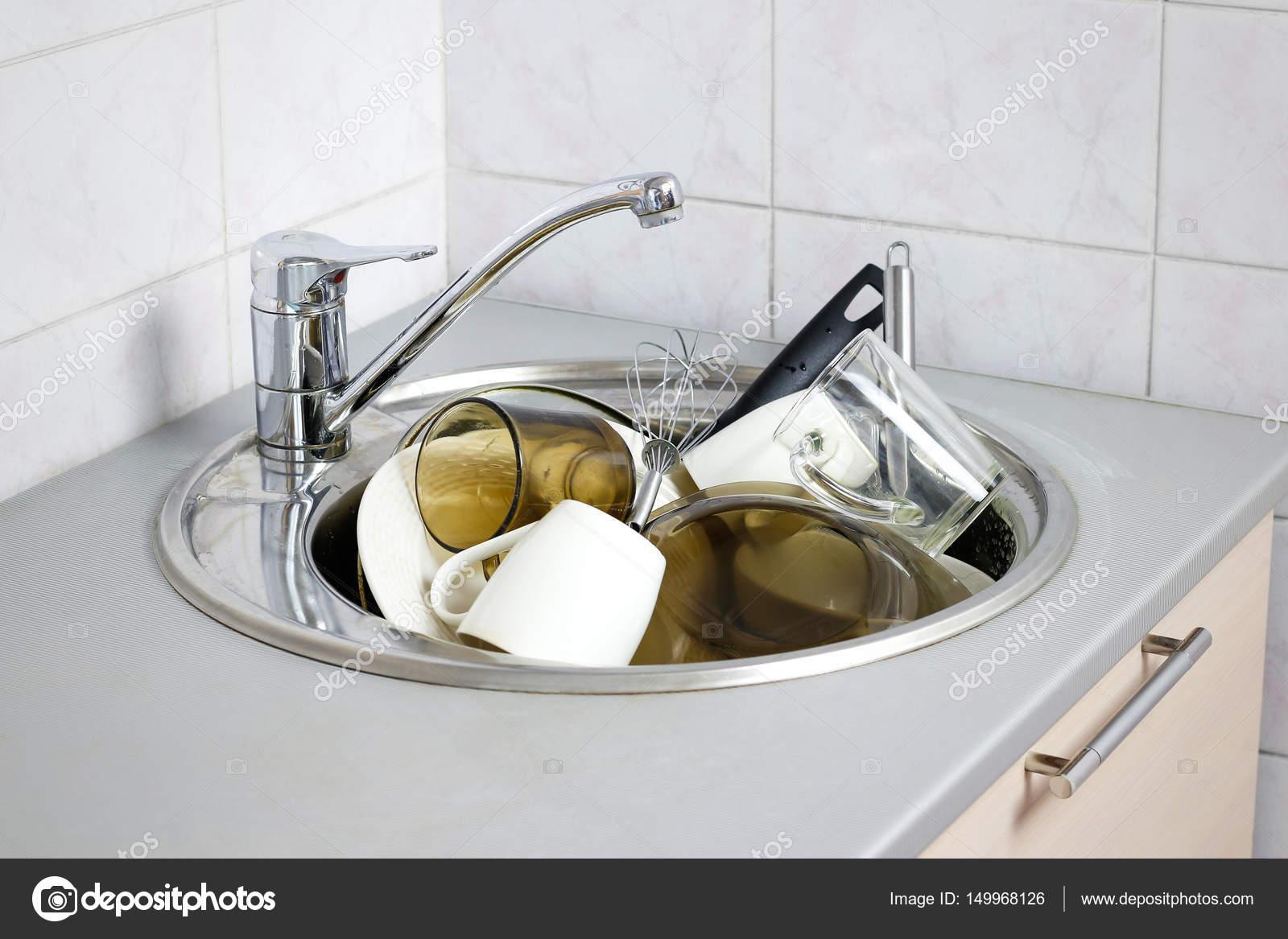 Viele schmutzige Geschirr in der Spüle — Stockfoto © onlyblacktv.bk ...