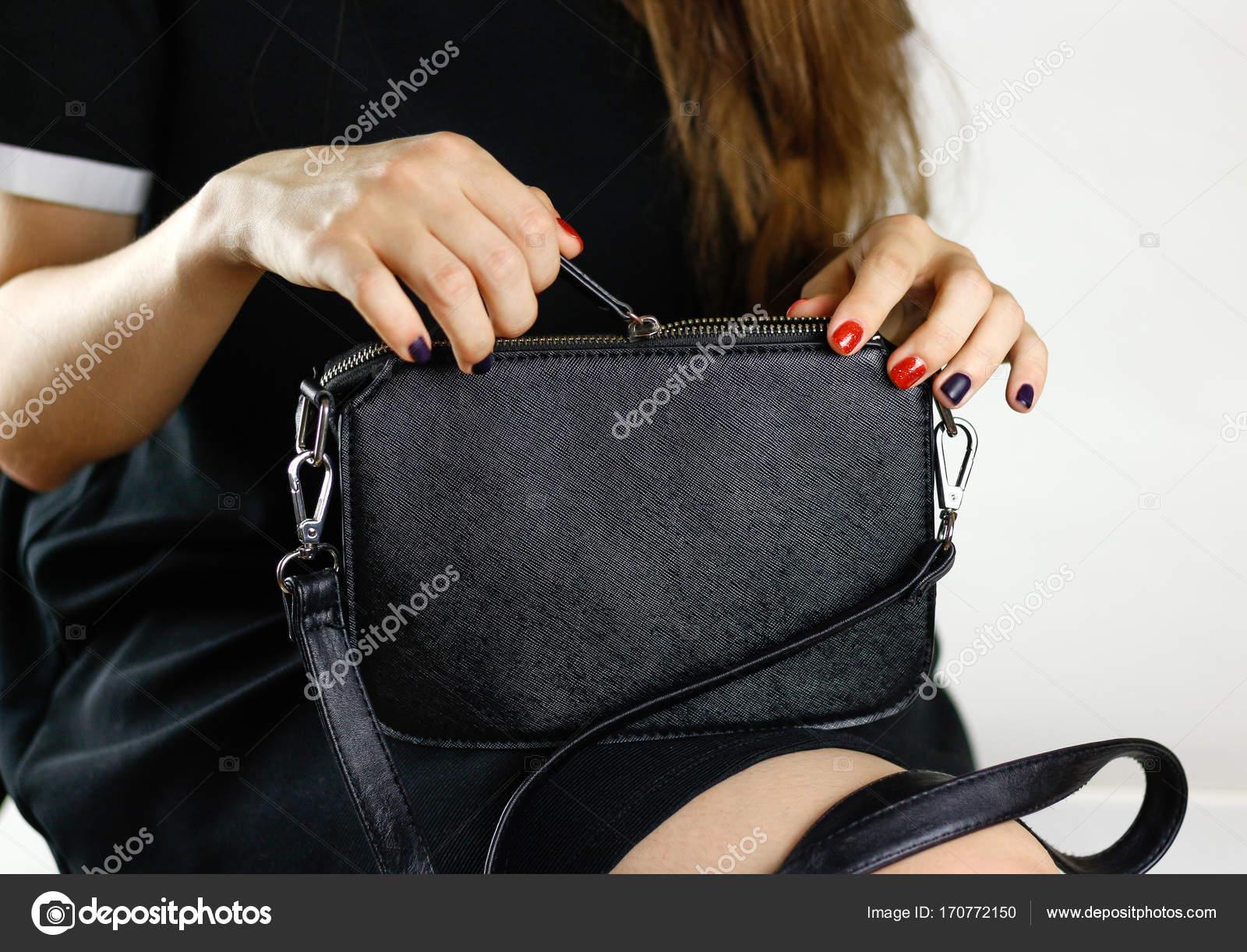 Schwarze KleidEine Handtasche In Ein Schwarzes Mädchen knwOP0