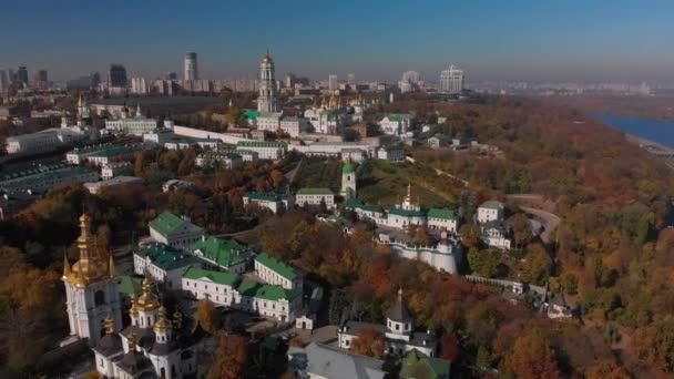 Krásný ranní let nad Kyjevem Pechersk Lavra. Podzim v Kyjevě. Žluté, červené stromy.