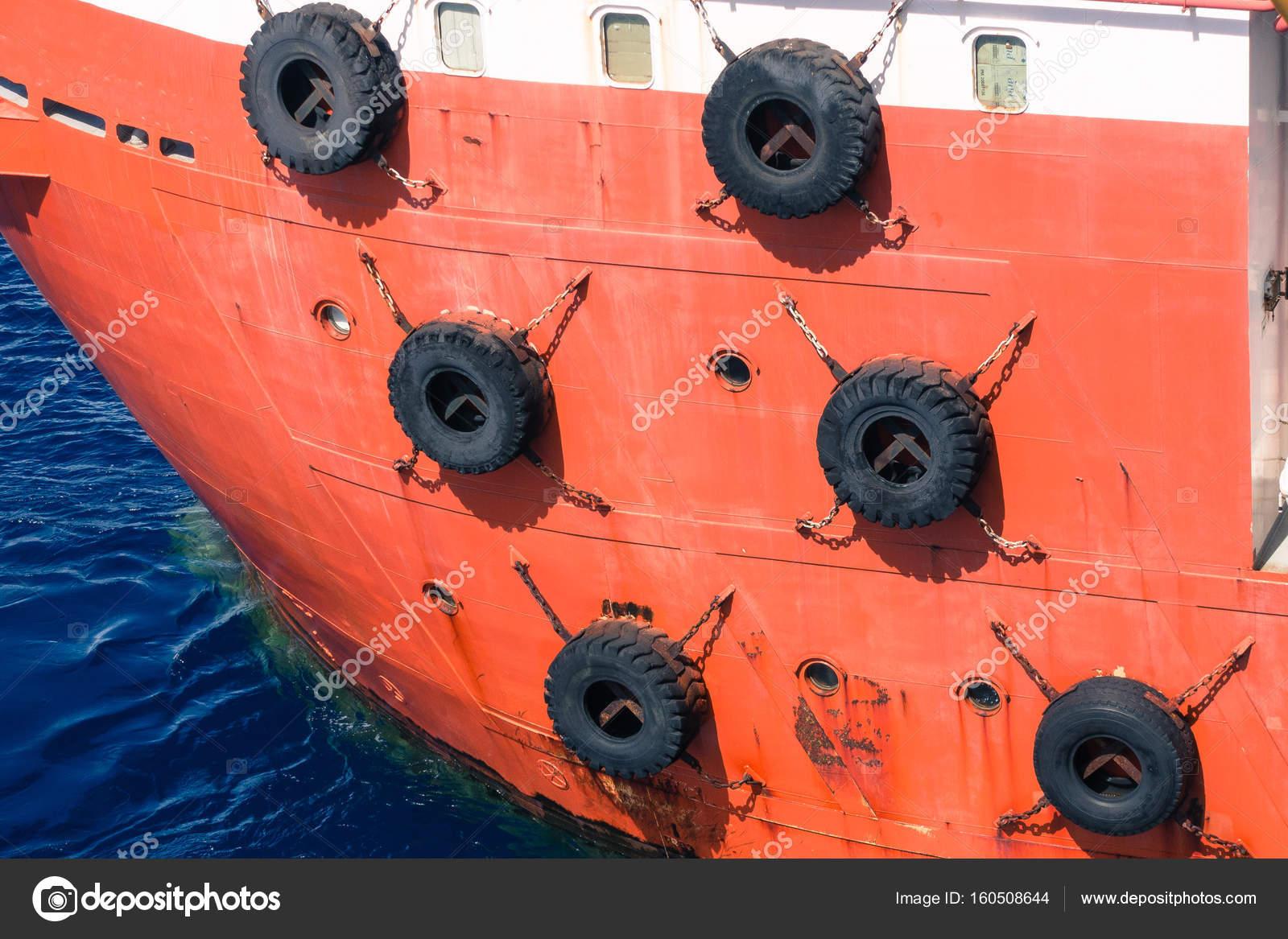 Wiersz Z Czarnego Samochodu Opony Używane Jako łódź Zderzaki