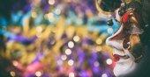 Fotografie Karnevalsmaske auf bunten Unschärfe Hintergrund