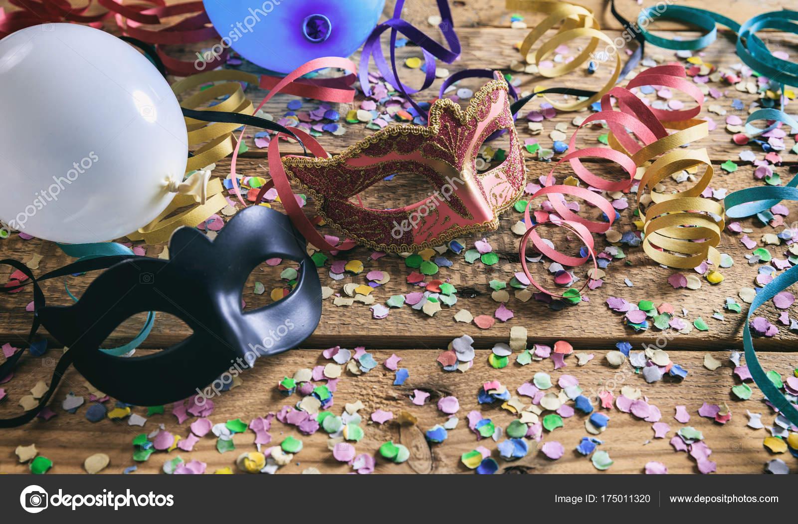 Partij Houten Vloer : Carnaval partij maskers confetti en serpentines op houten vloer