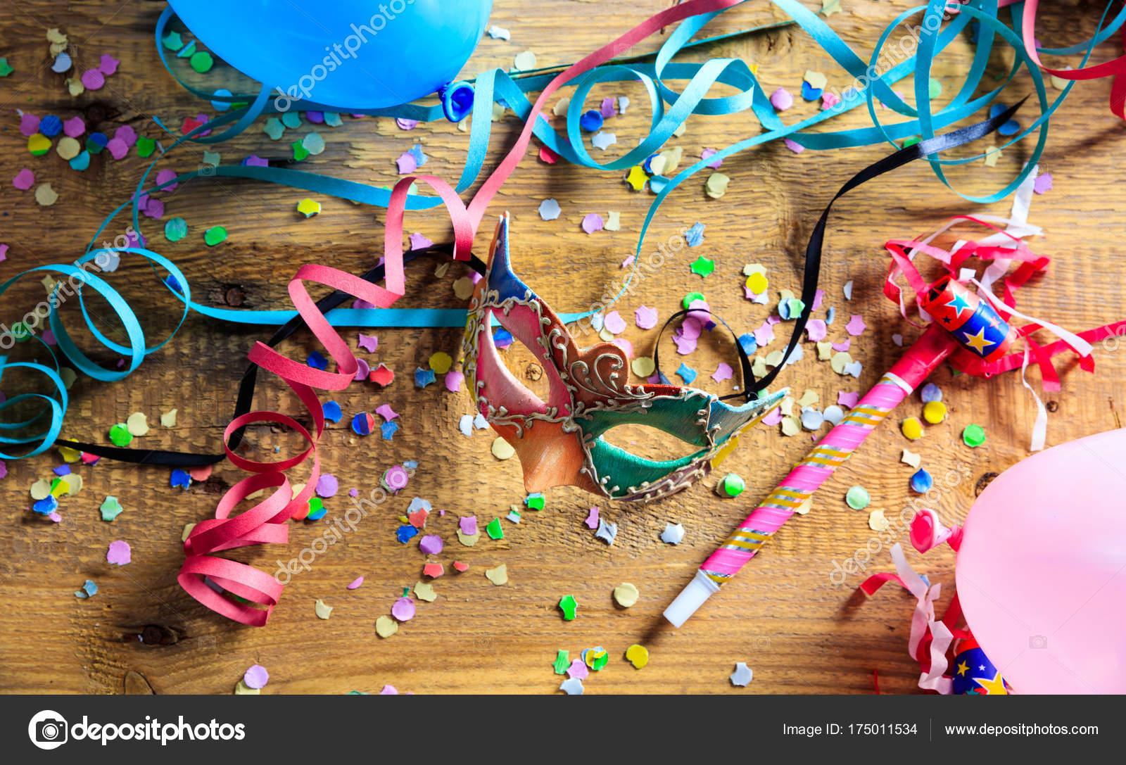 Partij Houten Vloer : Carnaval partij masker confetti en serpentines op houten vloer