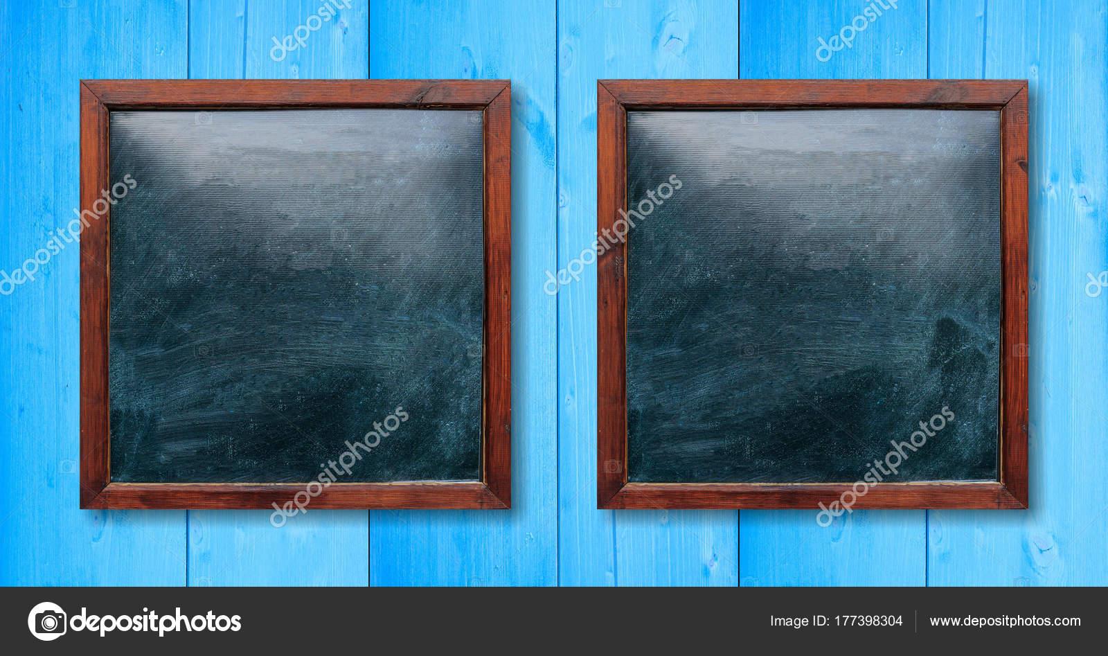 Leere Holzrahmen an die Wand. Tafeln im Inneren und hellblauen ...