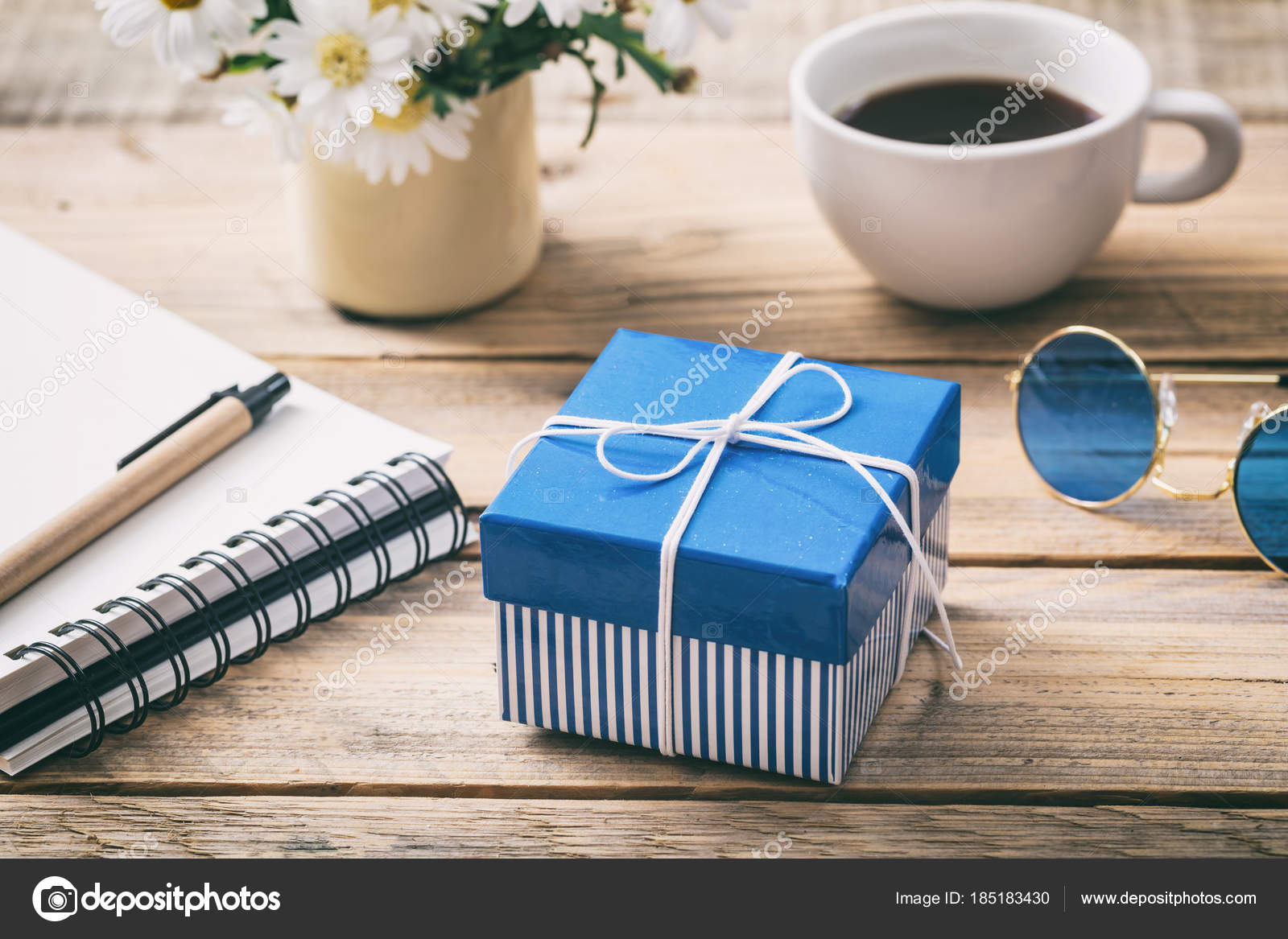 Scrivania Ufficio Blu : Scatola regalo su una scrivania da ufficio blu vista da sopra