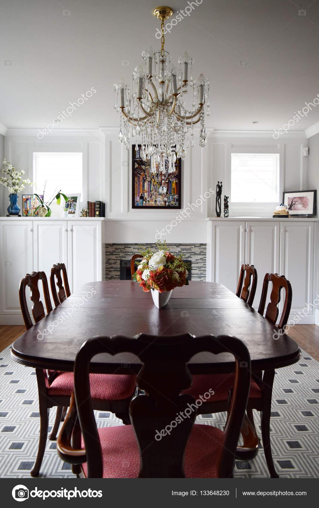Elegante sala da pranzo moderna in una bella casa — Foto ...