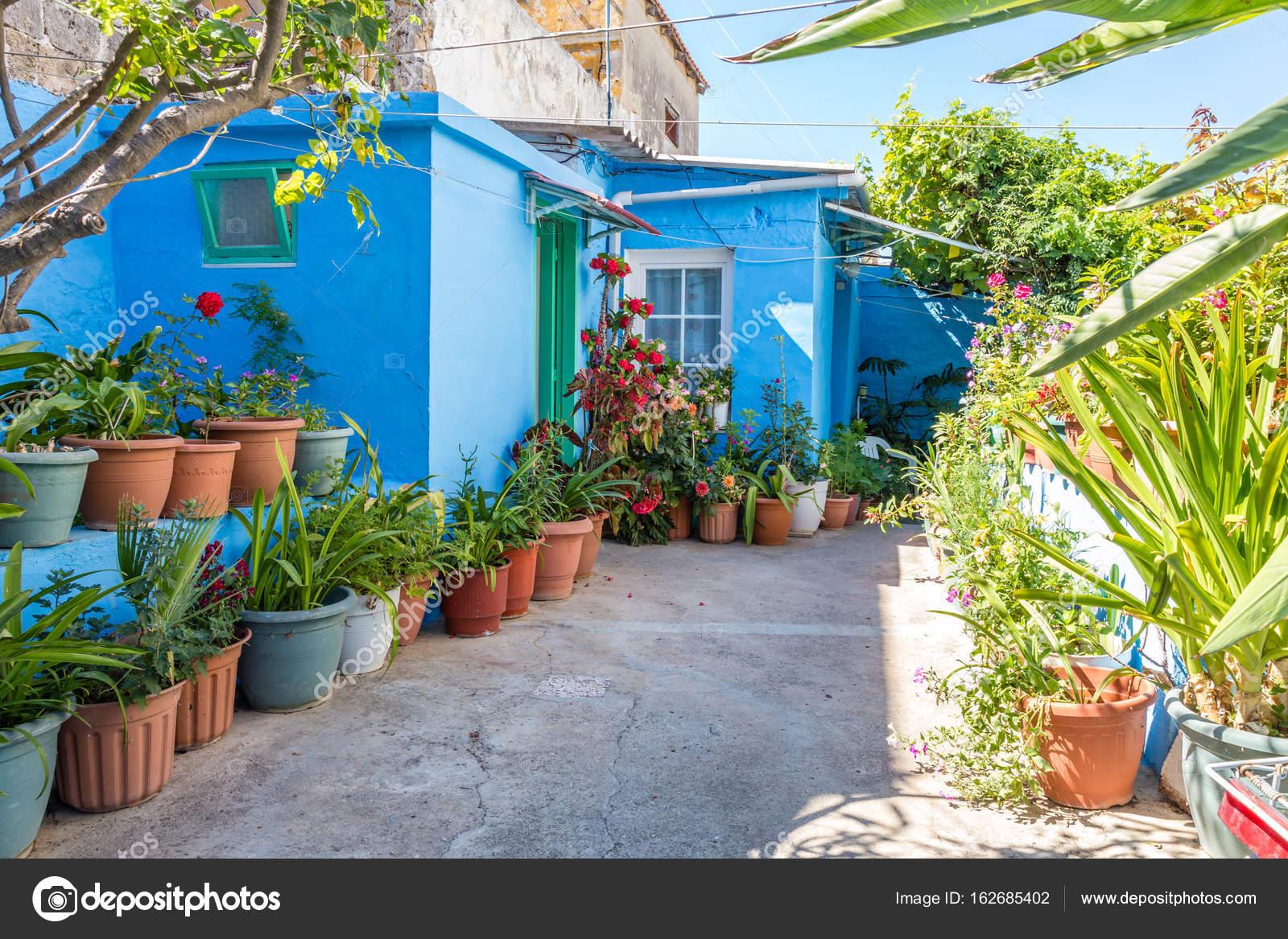 Pequeno Jardin Con Flores En Macetas Fotos De Stock C Iushakovsky