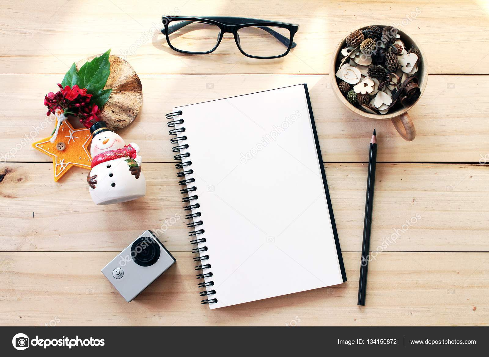 Bureau Espace De Travail Avec Cahier Crayon Pommes De Pin Dans La