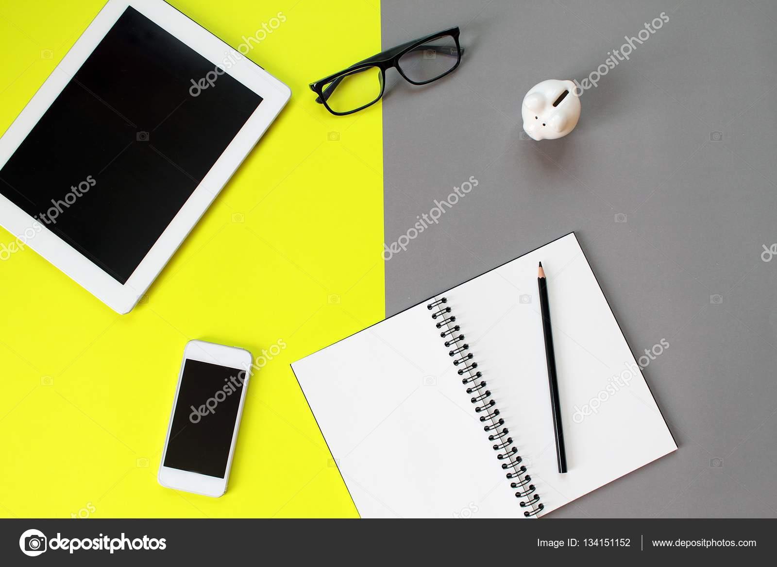 Bureau espace de travail avec tablette pc ordinateur portable blanc