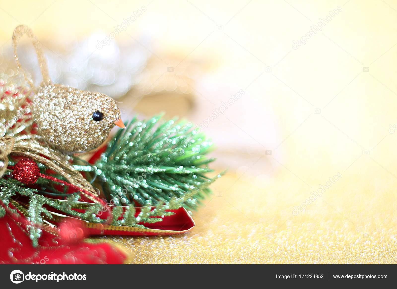 kerst ornamenten op goud glitter achtergrond verlichting stockfoto