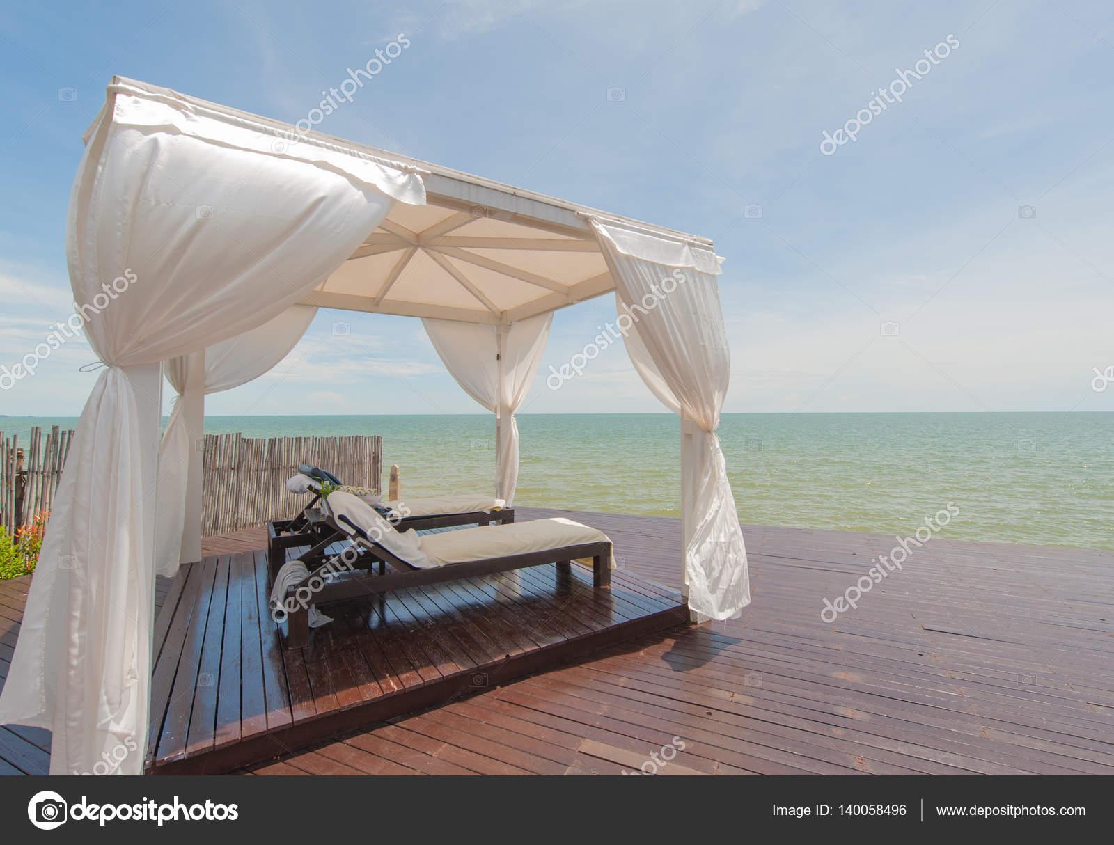 Luxurioses Bett Am Meer Am Strand Im Urlaub Entspannen Stockfoto