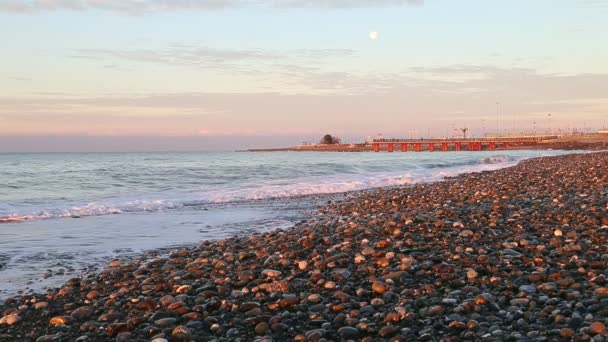 Východ slunce ráno měsíc nad pier beach